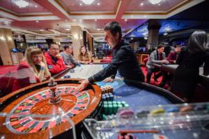 how much do blackjack dealers make